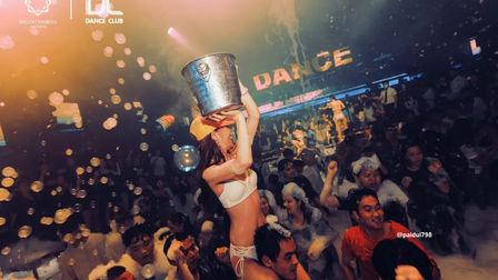在白色泡沫的包裹下  释放舞蹈最原始纯真的意义 DANCECLUBzhengzhou 泡沫湿身主题派对